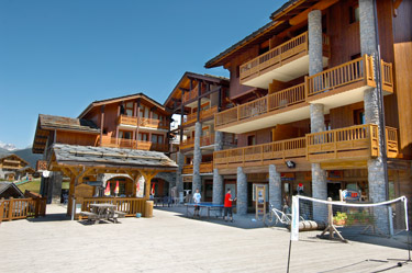 Shops, bars, table tennis, badminton, 100m from chalet